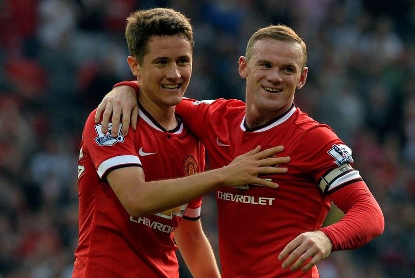 Wayne Rooney (z prawej) obok Andera Herrery /AFP