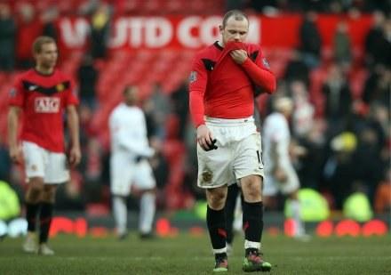 Wayne Rooney załamany po porażce z Leeds. /AFP