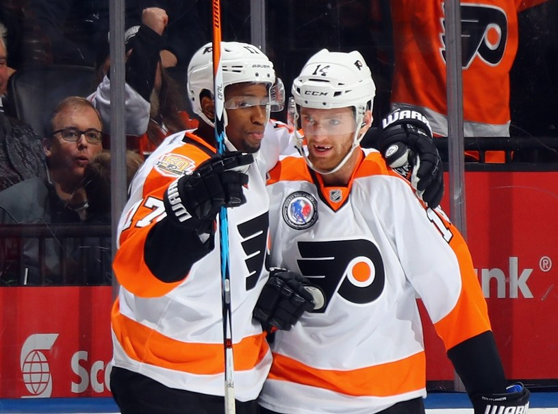 Wayne Simmonds (z lewej) z Flyers /AFP