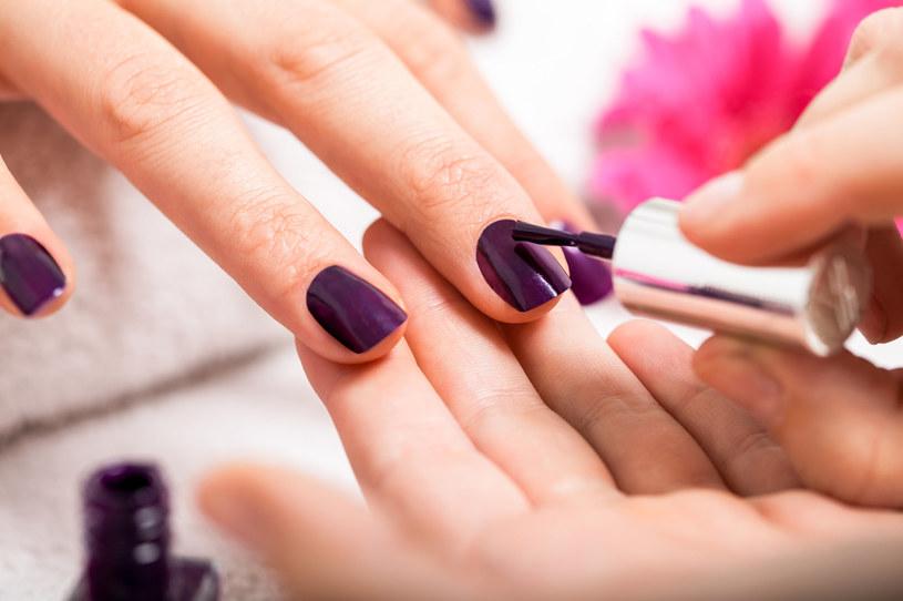 Wazelina kosmetyczna to produkt przydatny przy malowaniu paznokci /123RF/PICSEL