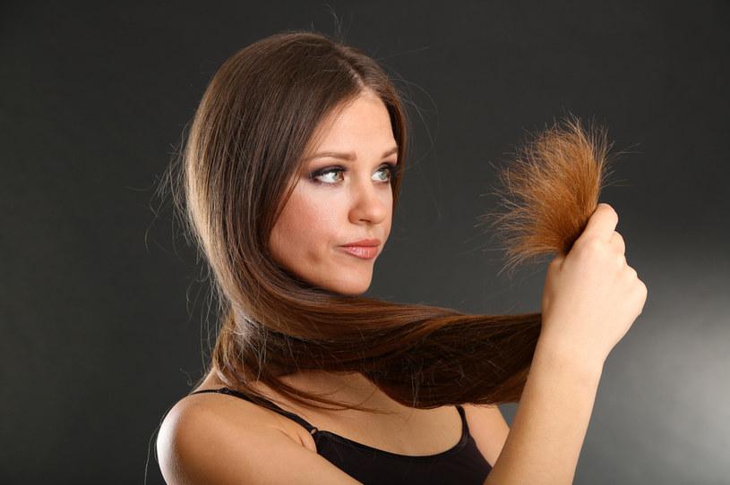 """Wazelina kosmetyczna """"uratuje"""" twoje rozdwojone końcówki. Po jej użyciu włosy będą wyglądać o niebo lepiej! /123RF/PICSEL"""