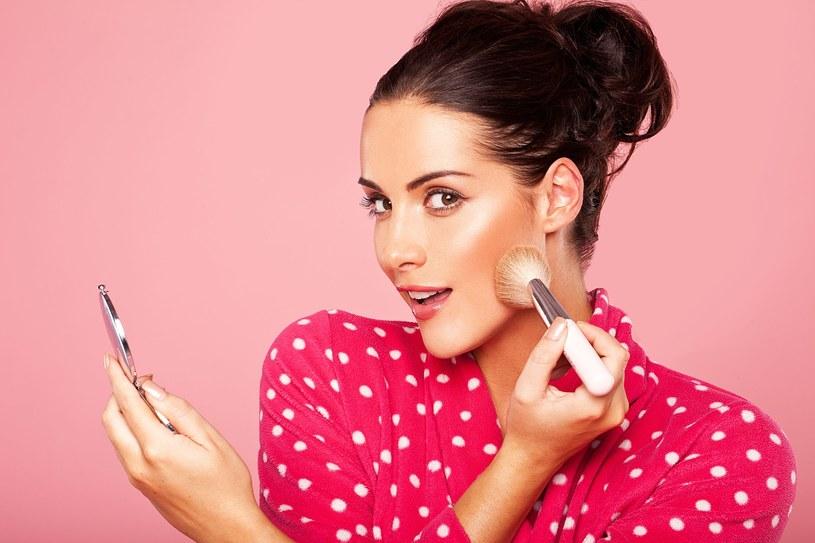 Ważne, aby kosmetyki, których używasz, zawierały świetliste drobinki /123RF/PICSEL