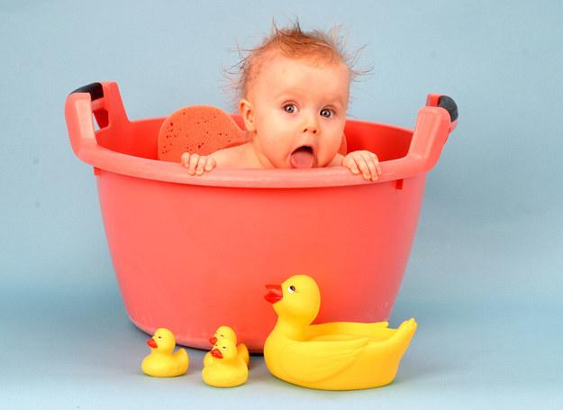 Ważne, by nie zniechęcić maluszka do kąpieli /123RF/PICSEL