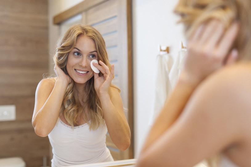 Ważne, by odpowiednio dobrać kosmetyki do demakijażu /123RF/PICSEL