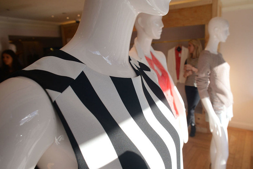 Ważne, by przed zakupem dotknąć tkaniny, z której zrobione jest ubranie /Getty Images
