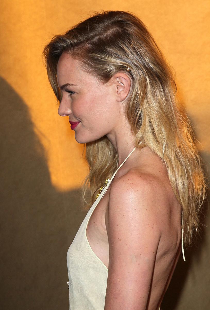 Ważne elementy uczesania Kate Bosworth to niedbale wykonany przedziałek i pasmo opadające na twarz /- /Getty Images