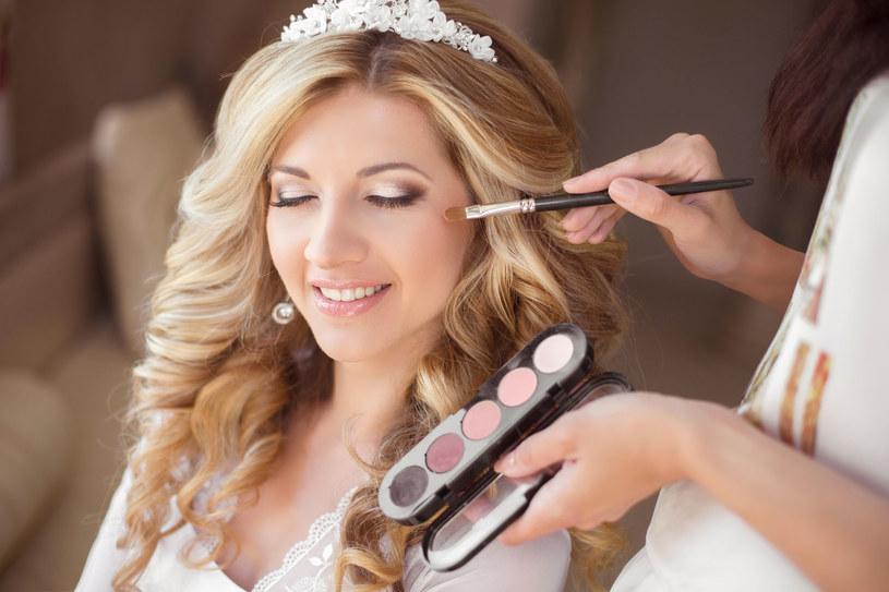Ważne jest, aby makijażem podkreślić naturalne piękno kobiety i sprawić, aby czuła się w nim wyjątkowo /123RF/PICSEL