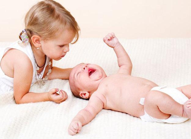 Ważne jest też to, by symetrycznie zapiąć dziecku pieluszkę /123RF/PICSEL