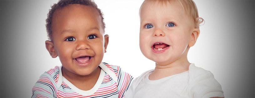 Wbrew pozorom, te dzieci naprawdę mogą być bliźniętami /123RF/PICSEL