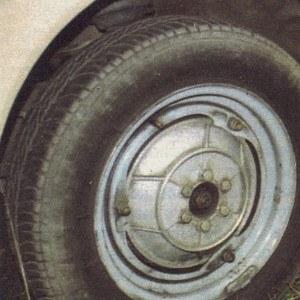 Wbrew temu, co można by sądzić na pierwszy rzut oka, z przodu zastosowano hamulce tarczowe. Trudno pojąć dlaczego zdecydowano się na takie rozwiązanie piasty i mocowanie obręczy, przy którym trzeba się dobrze naszukać, by znaleźć zakład, który zmieni oponę czy wyważy koło. /Motor