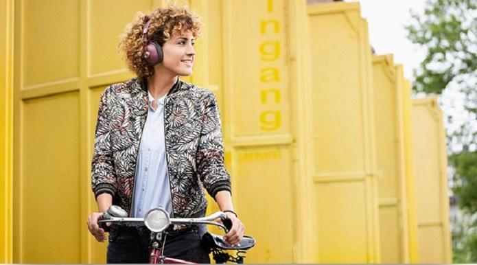 Wbudowany mikrofon w słuchawkach pozwala nie tylko na prowadzenie rozmów przy ich użyciu, ale również na sterowanie smartfonem bez konieczności wyciągania go z kieszeni /materiały prasowe