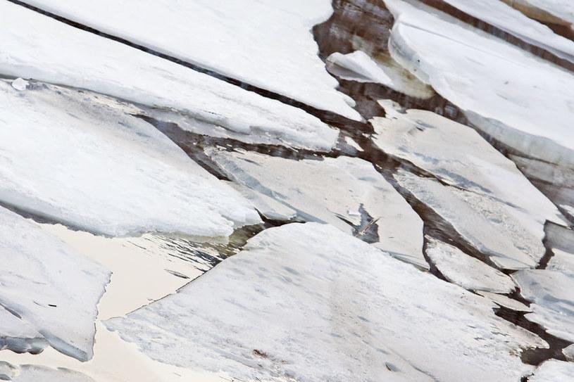 Wchodzenie na zamarznięte rzeki i jeziora jest bardzo niebezpieczne /123RF/PICSEL