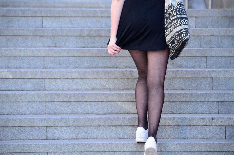 Wchodzenie po schodach to doskonałe ćwiczenie aerobowe, ponieważ zwiększa tętno. Pozytywnie wpływa też na mózg /123RF/PICSEL