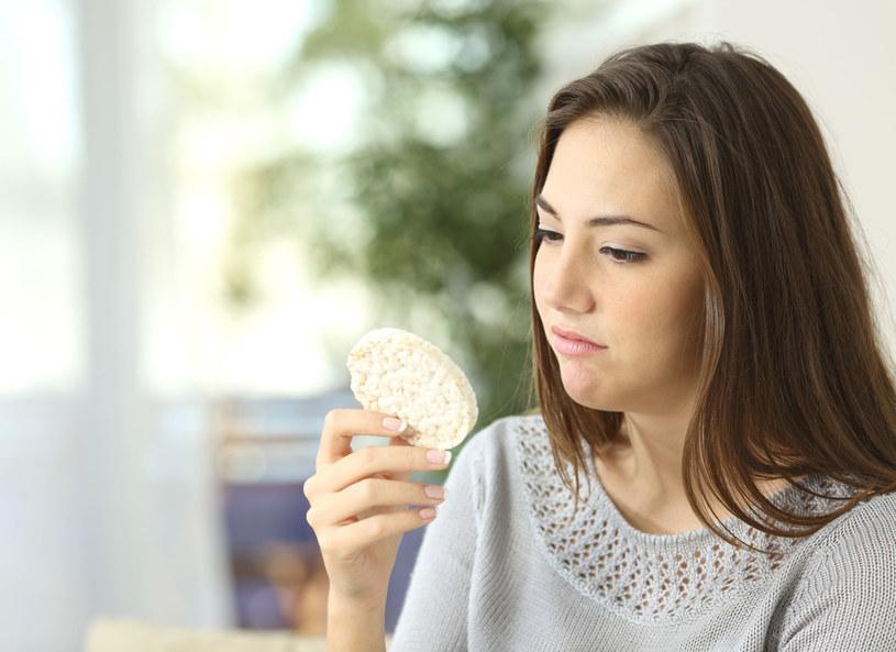 Wciąż jesteś na diecie, a waga ani drgnie? Możesz cierpieć na nadmiar wody w organizmie /123RF/PICSEL