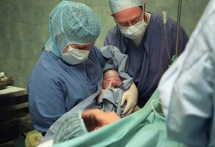 Wciąż najpopularniejszym miejscem porodu jest szpital /AFP