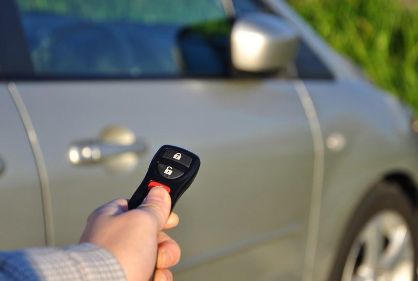 Wciąż nie wiadomo, co blokuje działanie alarmów samochodowych pod brytyjskim Lidlem /East News