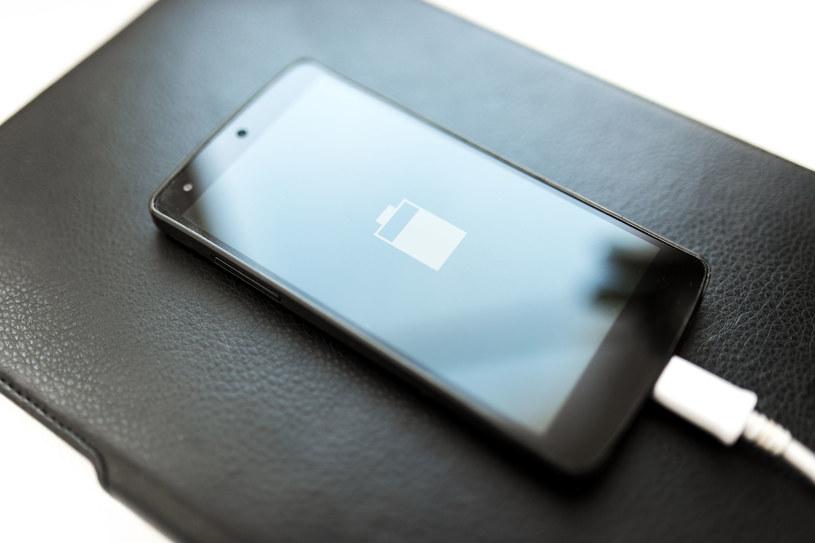 Wciąż słyszymy o nowych bateriach, a w telefonach ciągle tradycyjne ogniwa /123RF/PICSEL
