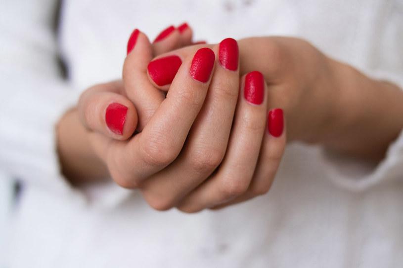 Wcieranie olejków w paznokcie to jeden z najtańszych i najszybszych sposobów na wzmocnienie płytki. /123RF/PICSEL
