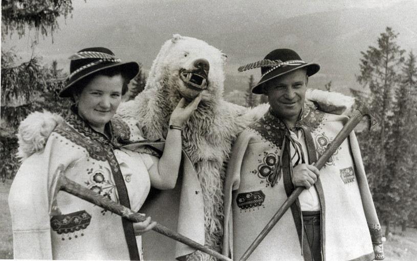 Wczasowicze w strojach góralskich fotografują się z białym niedźwiedziem /Agencja FORUM