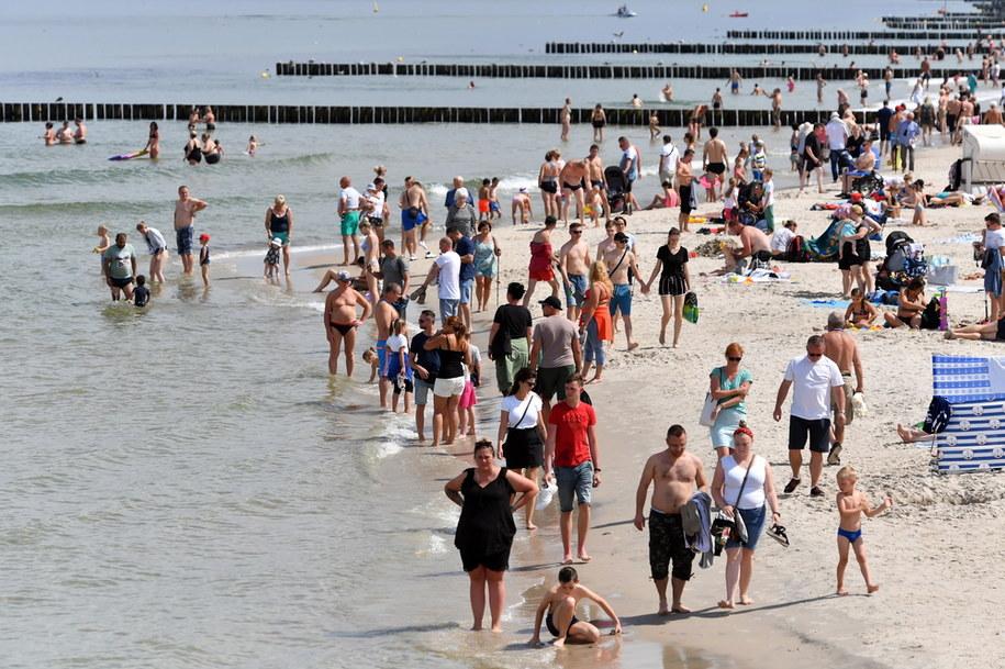Wczasowicze wypoczywający na plaży w Kołobrzegu/ Zdjęcie ilustracyjne /Marcin Bielecki   /PAP