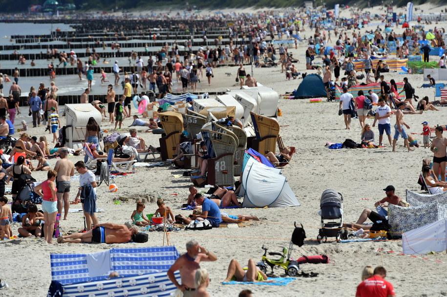 Wczasowicze wypoczywający na plaży w Kołobrzegu /Marcin Bielecki   /PAP