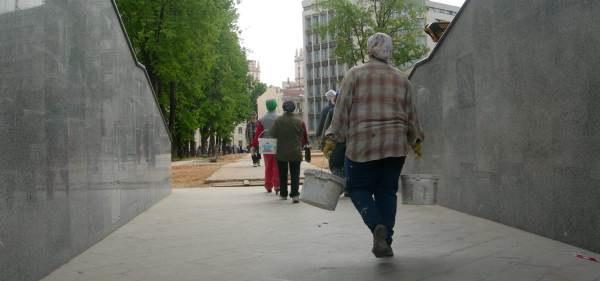 Wczoraj bezrobotni - dziś odmalowują białoruską stolicę /INTERIA.PL