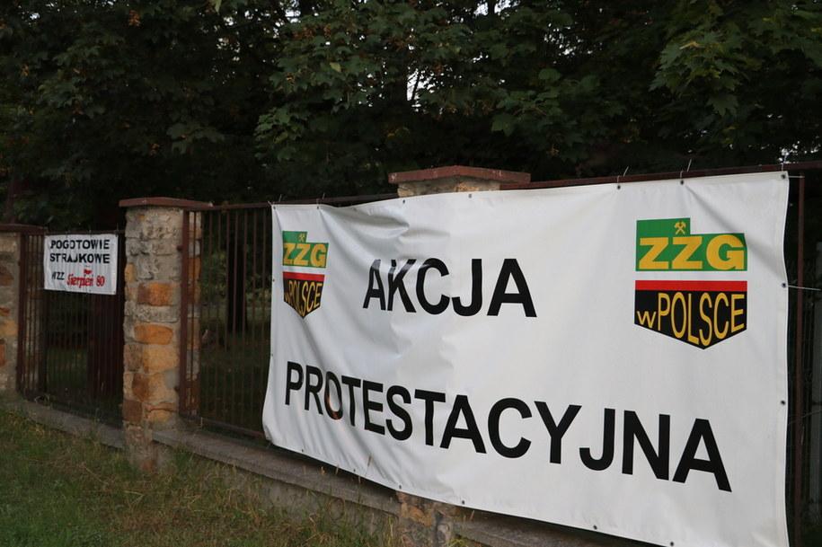 Wczoraj po zakończonej pracy na powierzchnię nie wyjechało ponad 60 górników z kopalń Ruda i Wujek. Dziś protestuje już ponad 100 /Józef Polewka /RMF FM