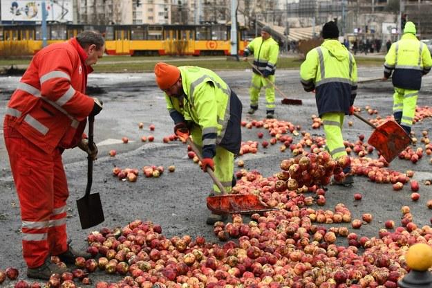 Wczoraj protestujący na rondzie rozsypali jabłka, zapalili słomę i opony /Paweł Balinowski /RMF FM