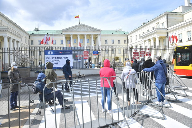 Wczorajsza kolejka przed punktem szczepień masowych przeciwko Covid-19 na placu Bankowym w Warszawie /Radek  Pietruszka /PAP