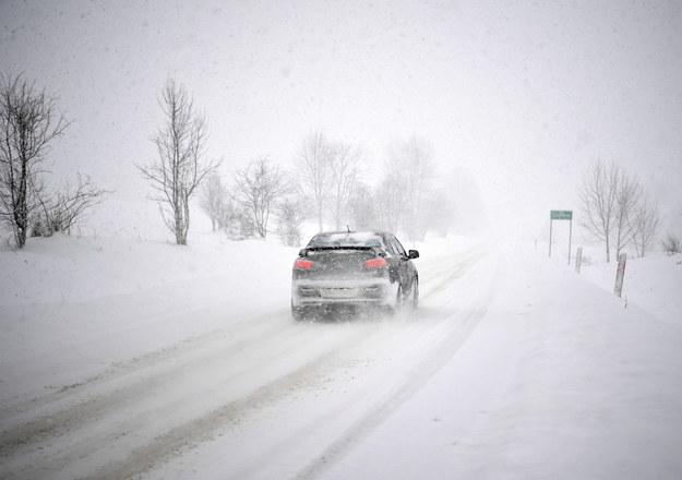 Wczorajsze intensywne opady śniegu w miejscowości Liskowate na Podkarpaciu / Darek Delmanowicz    /PAP