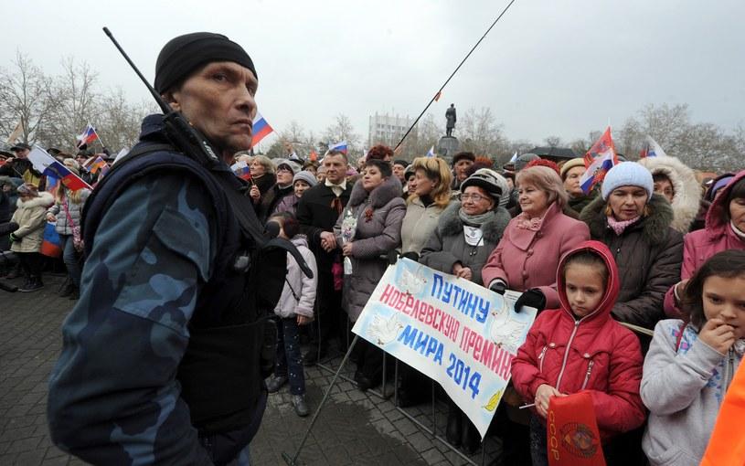 """Wczorajszy prorosyjski wiec w Sewastopolu. Na plakacie napis: """"Pokojowa Nagroda Nobla dla Putina"""" /AFP"""