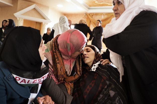 Wdowa po Arafacie Jaradacie Dalal (druga z prawej) na pogrzebie męża. Sair, 25 lutego 2013 /AFP