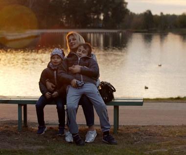 """Wdowa samotnie wychowująca dzieci tonie w długach. Jak pomogą jej eksperci programu """"Wolni od Długów""""?"""