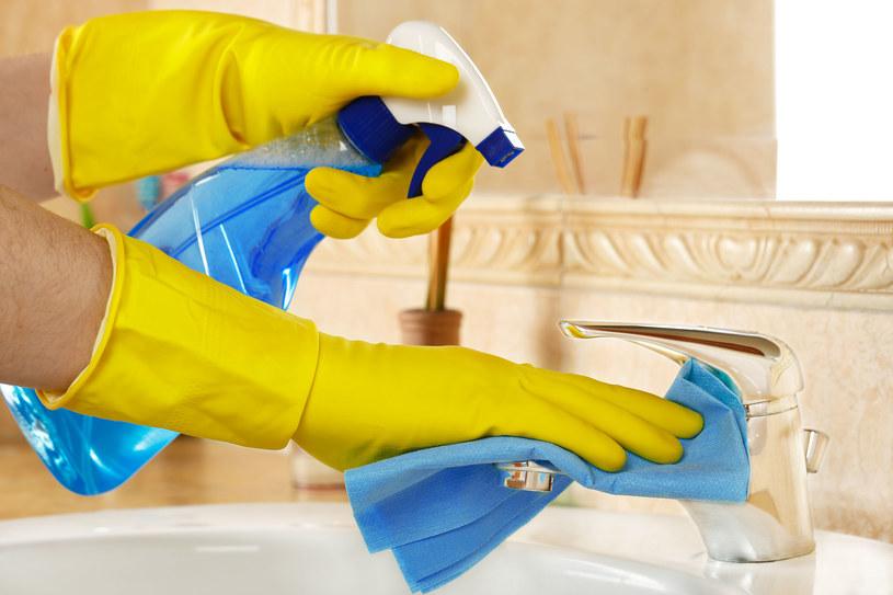 Wdychanie oparów ze środków czyszczących jest bardzo niebezpieczne dla zdrowia /123RF/PICSEL