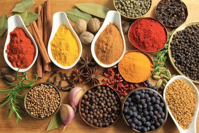 Wdychanie zapachu, dotknięcie albo zjedzenie przyprawy wywołać może różne reakcje alergiczne /123RF/PICSEL