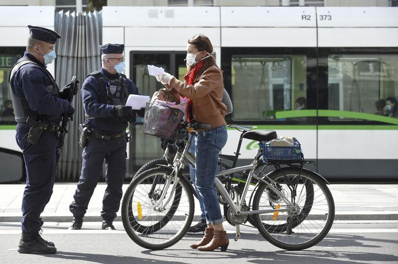 We Francji funkcjonariusze policji pilnują przestrzegania ograniczania przemieszczania się do minimum; Zdj. ilustracyjne /SEBASTIEN SALOM GOMIS/SIPA /East News