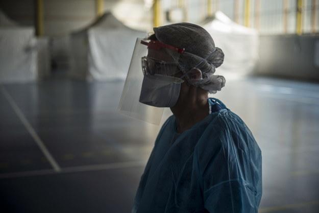 We Francji należałoby produkować 100 mln masek ochronnych miesięcznie /JULIEN DE ROSA /PAP/EPA