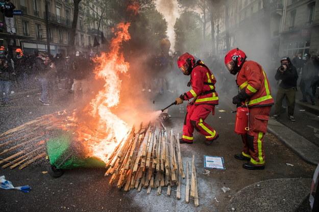 We Francji pokojowe początkowo demonstracje pierwszomajowe przekształciły się w starcia policji z anarchistami z BlackBlok i uczestnikami ruchu żółtych kamizelek /Christophe Petit-Tesson /PAP/EPA