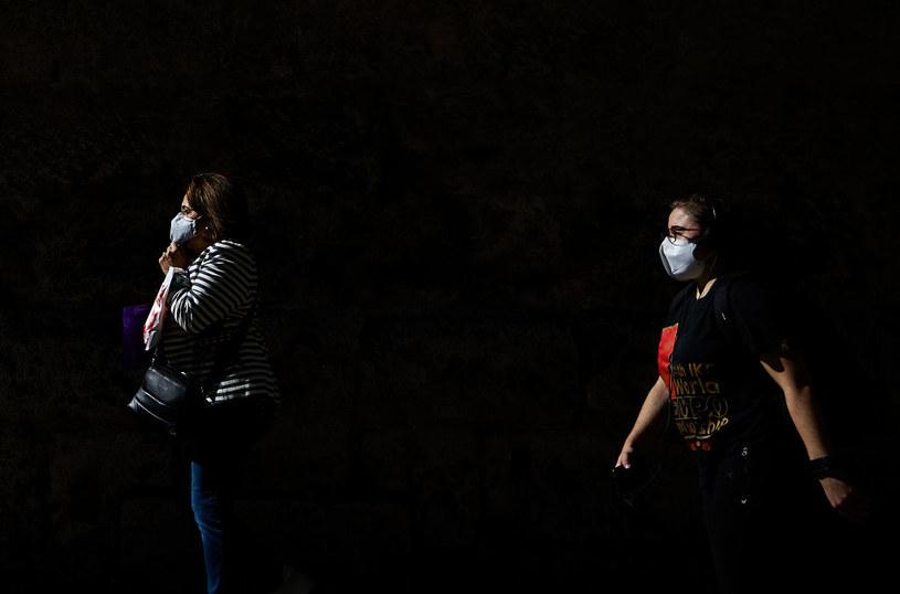 We Francji za brak maseczki grozi do pół roku więzienia, a w Anglii mandat w wysokości nawet 6400 funtów /Fermin Rodriguez/NurPhoto /Getty Images