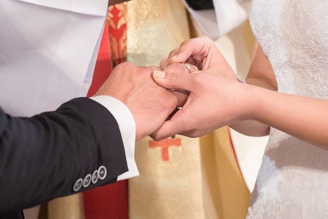 We Francji ze zmarłą osobą można brać ślub już od roku 1959 /pixabay.com /INTERIA.PL