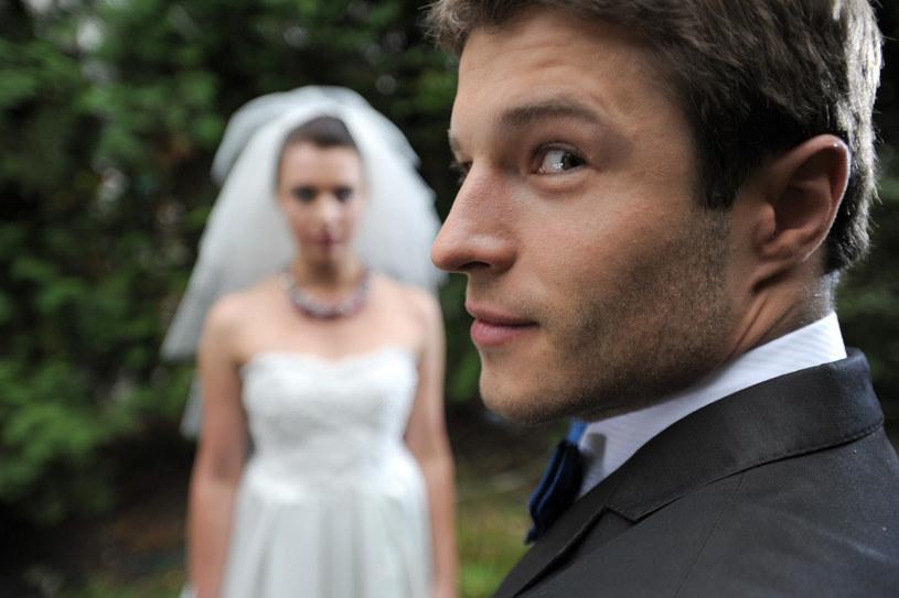 We śnie dziewczyny, Piotr chciałby, żeby Ula została jego żoną. Czy w serialowej rzeczywistości poprosi ukochana o rękę? /?ukasz Rosenberg /TVN