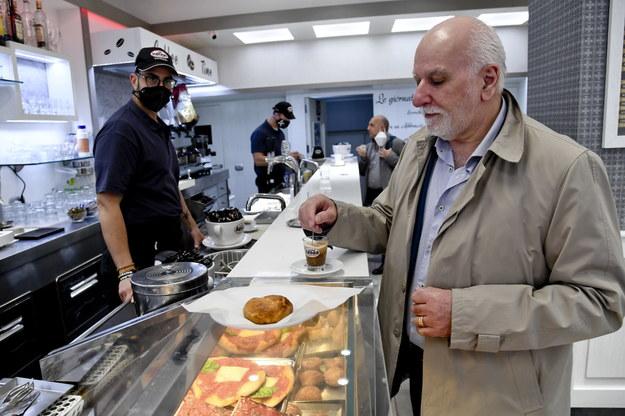 We Włoszech w lokalach gastronomicznych obsługa także w środku, a kawa przy barze /CIRO FUSCO /PAP/EPA