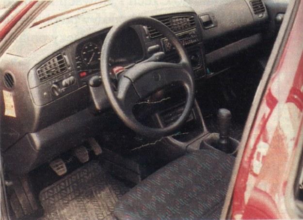 We wnętrzu jest dość ciemno, ale wygodnie, choć dobrze regulowane siedzenia nie zapewniają rewelacyjnego trzymania za boki. /Motor