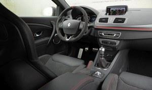 We wnętrzu – poza widocznymi kubełkami – testowana wersja wyróżnia się kierownicą wykończoną alcantarą z czerwonymi przeszyciami. /Motor