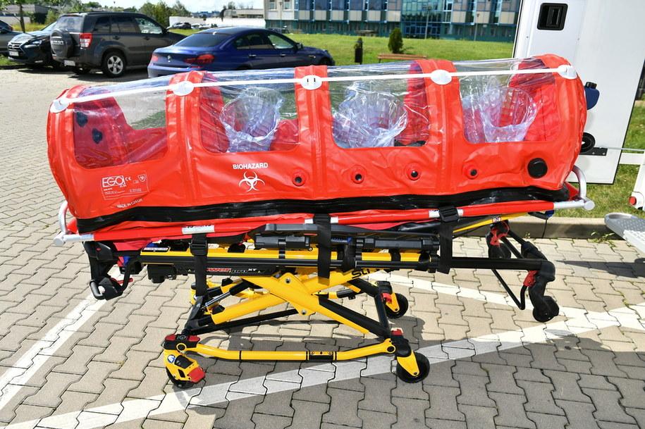 We Wrocławiu pokazano najnowocześniejszą w Polsce karetkę kontenerową. Pojazd będzie służył m.in. do przewozu pacjentów w skrajnie ciężkim przebiegu choroby COVID-19 / Maciej Kulczyński    /PAP