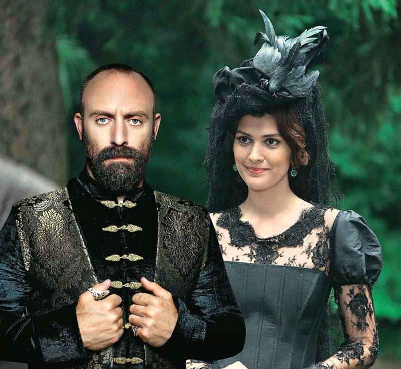 """We """"Wspaniałym stuleciu"""" Bergüzar wystąpiła tylko w epizodzie. Dla niej ta rola to żart, mrugnięcie okiem do fanów. A stała się źródłem tylu plotek /Kurier TV"""