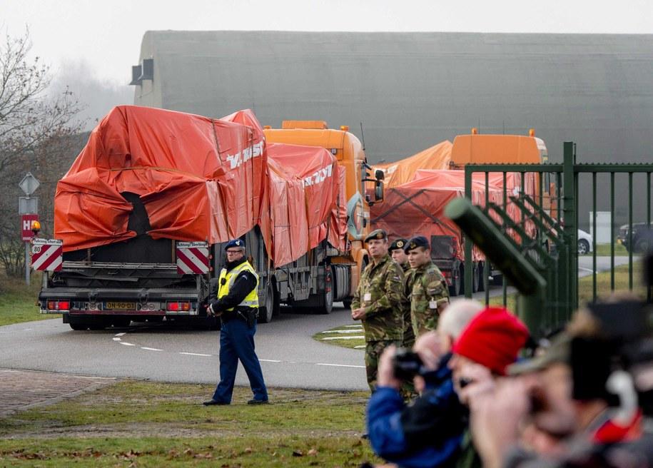 We wtorek dziesiątki krewnych ofiar katastrofy obserwowały wjazd na teren bazy lotniczej Gilze-Rijen ośmiu ciężarówek, które przywiozły szczątki samolotu z Ukrainy tranzytem przez Polskę i Niemcy /ROBIN VAN LONKHUIJSEN /PAP/EPA