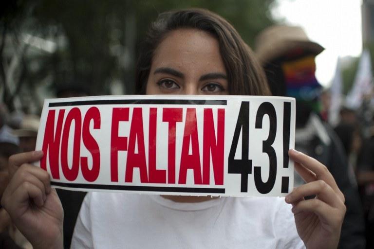 We wtorek ok. 2 tys. osób przeszło ulicami miasta Meksyk, domagając się wzięcia przez władze pod uwagę rekomendacji ekspertów dotyczących nowych kierunków tego dochodzenia /Yuri CORTEZ / AFP /AFP