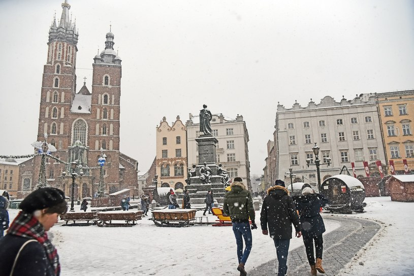 We wtorek spodziewane są zawieje i zamiecie śnieżne /Marek Lasyk/REPORTER  /Reporter