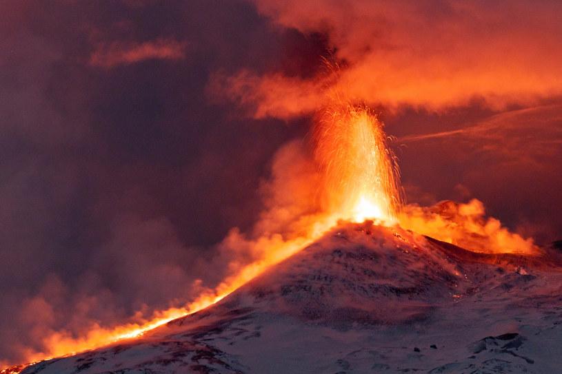 We wtorek wulkan przebudził się ponownie. Kłęby pyłu pojawiły się nad kraterem północno-wschodnim i zauważono też kolejne eksplozje. /123RF/PICSEL